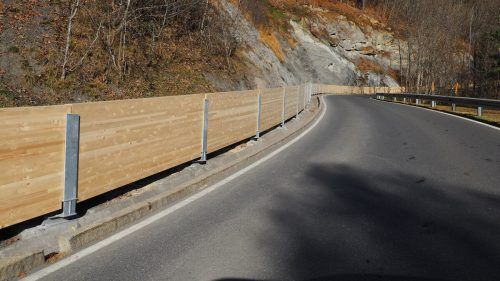 Eine Verlegung der Straße durch kleinere Felsstürze soll durch die neu errichtete Holzbohlenwand verhindert werden. Egle