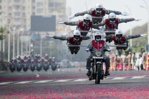 Einen Stunt führten Polizeikadetten von Tamilnadu bei einer Generalprobe für die Parade zum Tag der Republik im indischen Chennai vor. AFP