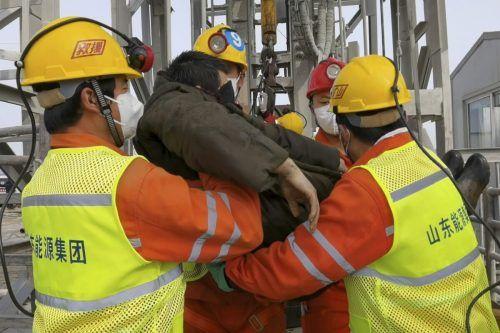 Elf der Bergleute konnten am Sonntag gerettet werden. Weitere zehn Kumpel werden noch vermisst. AP