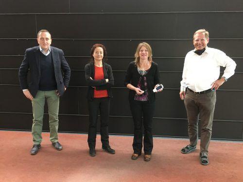 Entwickelten und brachten das Messgerät zur Serienreife: Pinar Kilickiran und Gerda Fuhrmann (beide Fa. UriSalt), Berater Markus Sonderegger (li.) und Graf Elektronik-GF Helmut Feuerstein (re.).