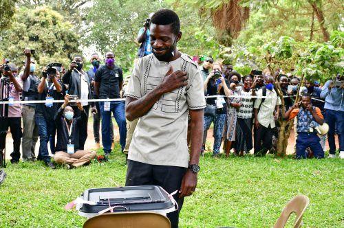 Ex-Popstar und Oppositionskandidat Bobi Wine (bürgerlich: Robert Kyagulanyi) gibt bei der Präsidentschaftswahl in Uganda seine Stimme ab. AFP