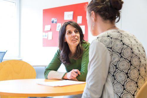 Fachbereichsleiterin Monika Chromy bei einer Beratung. Die Caritas betreibt unter anderem in Dornbirn eine Suchtfachstelle.???