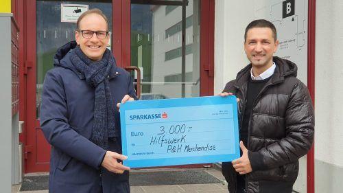 Fatmir Zuberi (rechts) übergibt den Scheck an Bürgermeister Dieter Egger.Stadt