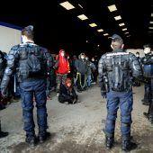 <p>Französische Polizisten beenden in der Nähe eines stillgelegten Hangars in Lieuron einen illegalen Neujahrsrave mit 2500 Partygängern. AFP</p>