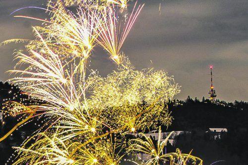 Funkelndes Silvesterfeuerwerk in Hörbranz, mit Blick auf den Pfänder. VN/Steurer