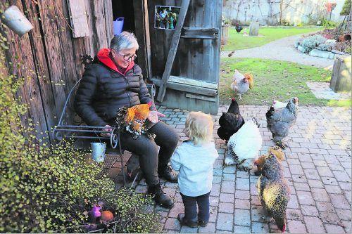 Gerda Herburger mit Enkel Benedikt im Tierparadies neben dem Mohrenschopf. L. Knobel