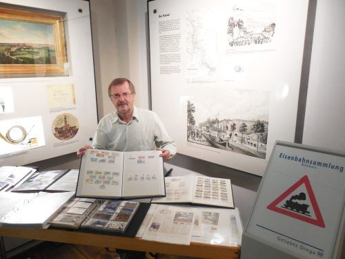 Günther Klebes ist leidenschaftlicher Sammler eisenbahnhistorischer Objekte. Kleines Bild: Die historische Postkarte der Arlbergbahn im Bahnhof St. Anton a. A.Klebes