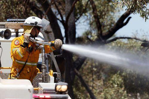 Hitze und starke Winde erschweren die Löscharbeiten. AFP