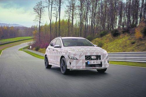 """Hyundai legt eine Sportversion des kleinen Crossovers Kona auf. In der """"N""""-Variante verrichtet ein 2,0-Liter-Turbobenziner seinen Dienst, der serienmäßig mit einem nass laufendes Achtgang-Doppelkupplungsgetriebe kombiniert ist. Leistungsdaten nennen die Koreaner nicht, im kompakten i30 N kommt der gleiche Antrieb auf 206 kW/280 PS und 392 Nm Drehmoment."""