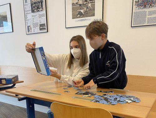 Im Lernstüble des FC Lustenau 1907 arbeitet Lisa Hämmerle im Rahmen ihres sozialen Jahrs mit Kindern zusammen.cth (3)