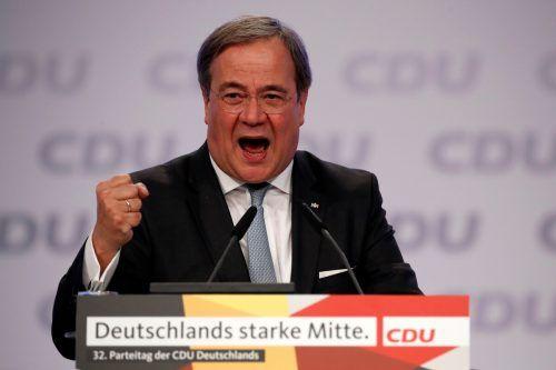 Im Machtkampf um das höchste Parteiamt hat Laschet vor allem versucht, mit seiner Erfahrung als Ministerpräsident Nordrhein-Westfalens zu punkten – und zwar mit einem Mitte-Kurs. Eine scharfe Abgrenzung von der beliebten Kanzlerin versuchte der Bergmannssohn aus Aachen zuletzt zu vermeiden. Am Anfang der Coronakrise hatte er sich indes von ihrem Kurs harter Beschränkungen distanziert. Dass der 59-Jährige nicht so sehr strenge Regeln drängte wie sein bayerischer Kollege Söder, nahmen ihm viele übel, wie Umfragen zeigen. Auch sein Teampartner auf dem Marathon zur Macht in der Partei, Gesundheitsminister Jens Spahn, war nicht begeistert. Doch Laschet ist schon öfters unterschätzt worden. Beim letzten gemeinsamen Online-Auftritt der Kandidaten vor dem Parteipublikum galt er vielen als Gewinner.
