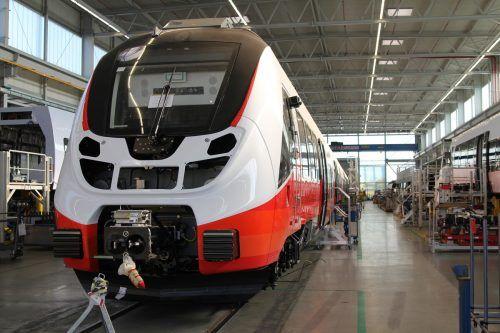 In Berlin wird der Talent 3 hergestellt. Die ÖBB haben einen Rahmenvertrag für 300 Züge abgeschlossen. Vorarlberg (21) und Tirol (25) haben welche abgerufen. VN