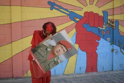 In Venezuela trat am Dienstag das neue Parlament zusammen. Unweit dessen gedachte eine Frau des verstorbenen Präsidenten Chavez.AP