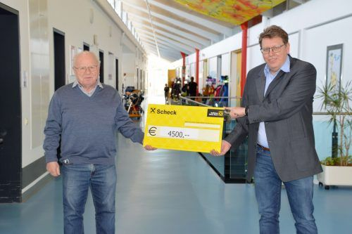 Initiator Bernd Brändle übergibt den Spendenscheck an Arnt Buchwald, Geschäftsführer des Schulheims Mäder.Gemeinde