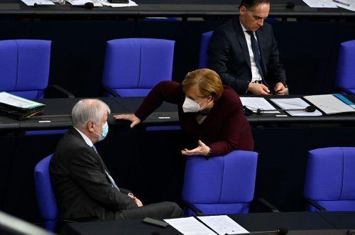 Innenminister Horst Seehofer berät sich mit Kanzlerin Angela Merkel. Im Nachbarland könnte es bald deutlich schwieriger werden, zu reisen. AFP