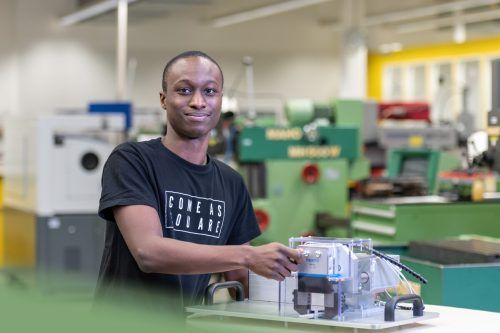 James Mutunga in der Lehrwerkstätte der Zumtobel Group.Mario Wintschnig