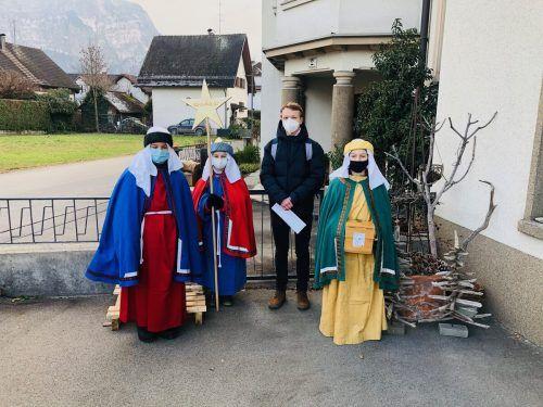 Jos, Luis und Florian, begleitet von Tobias, sind für die Aktion Sternsinger im Hatlerdorf unterwegs.erh
