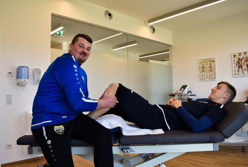 Jürgen Köck (hier mit Lars Nussbaumer) sorgt auch in der Bundesliga-Rückrunde wieder dafür, dass die Altacher Spieler optimal regenerieren können.Verein