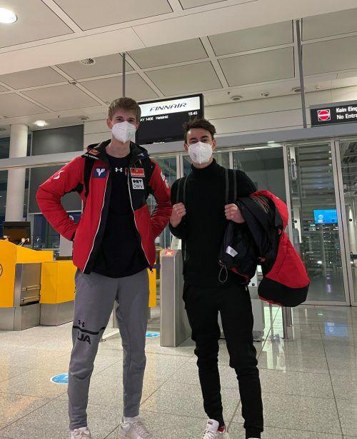Junioren-WM-Fixstarter Niklas Bachlinger (l.) aus Schoppernau hatte beim Flug nach Helsinki mit Stefan Kraft einen prominenten Sitznachbarn im Flugzeug. Privat