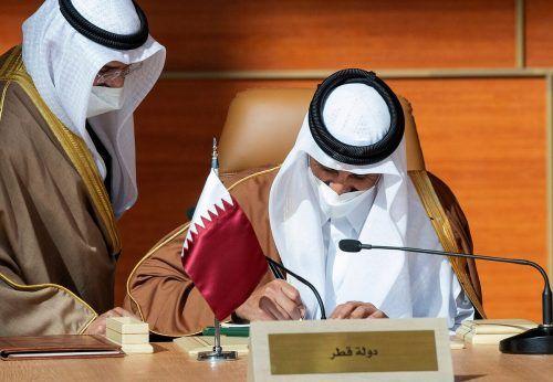 Katars Machthaber Tamim bin Hamad Al-Thani unterzeichnet das Abkommen.AFP