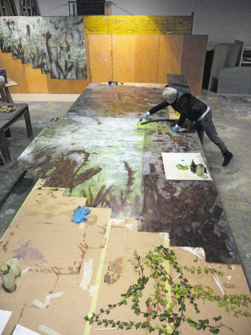 Künstler Paul Renner bei der Arbeit am monumentalen Gemälde. Renner