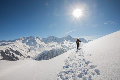Lilia aus Höchst genießt das Schneeschuhwandern am Sonnenkopf in Klösterle. Das ist auch am kommenden Wochenende zu bestimmten Zeiten möglich. VN/Steurer