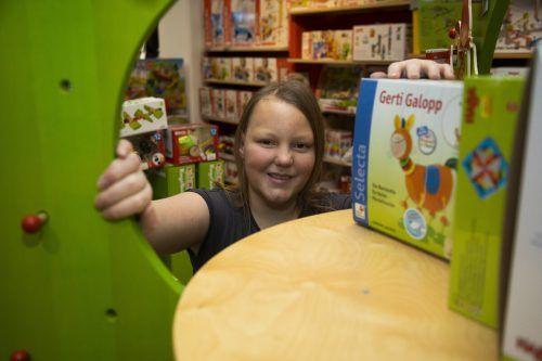"""Lisa-Marie Elbs an ihrem Arbeitsplatz in """"Lumpi's Spielzeugparadies"""". Sie absolviert dort mit Freude eine Lehre. VN/Roland Paulitsch"""
