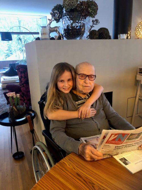 Maria-Magdalena freut sich, dass Opa Kurt geimpft wurde.berthold