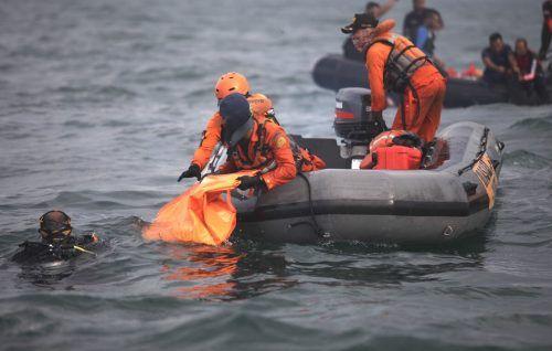 Marinetaucher suchen weiter nach den Black Boxes.AFP