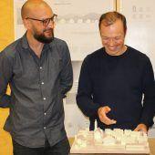 """<p class=""""caption"""">Markus Innauer und Sven Matt (l.) erläutern ihr Siegerprojekt.</p>"""