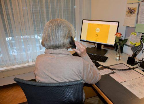 Martha H. am Telefon. Nicht nur die Anrufer, sondern auch die Mitarbeiter bleiben bei der Telefonseelsorge anonym.EH