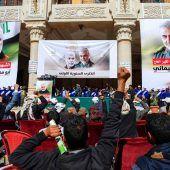 <p>Menschen ballen in Jemen Fäuste vor Bildern der ermordeten Revolutionsgardisten Qasem Soleimani und Abu Mahdi al-Muhandis. AFP</p>