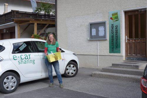 Mit dem E-Auto der Gemeinde wird die Literatur vom Team der Walserbibliothek Thüringerberg im gesamten Ortsgebiet zugestellt und direkt vor der Haustür platziert.Anna Stemmer