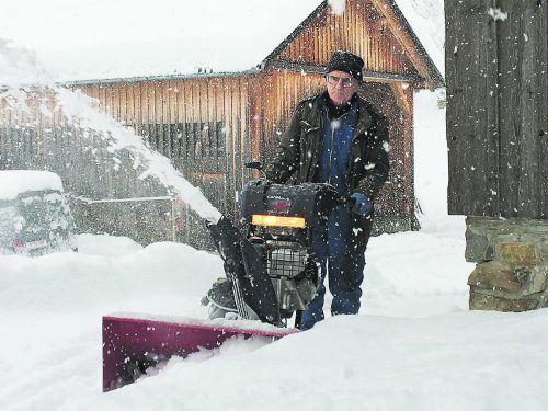 Mit Schaufel, Traktor und Schneefräse im Dauereinsatz: Im Bregenzerwald gab es alle Hände voll zu tun. Anton Beer war seit den Morgenstunden gegen die Schneemassen im Einsatz.mig