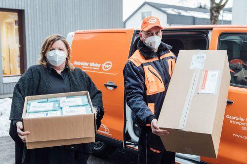 Nach dem Chaos mit der vom Bund organisierten Logistik hat nun das heimische Transportunternehmen Gebrüder Weiss die Zustellung übernommen. Weiss