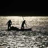 """<p class=""""factbox"""">Nach erfolgreichem Fang rudern zwei Fischer in den frühen Morgenstunden mit ihrem Boot zurück nach Gaza-Stadt.AFP</p>"""