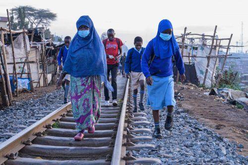 Neun Monate war ihre Schule wegen Corona geschlossen: Am Montag durften die Schülerinnen im kenianischen Slum von Kibera wieder hin. AFP