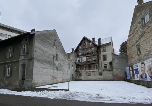 Nur einen Steinwurf von der Innenstadt entfernt bröckeln seit Jahren mehrere Häuser vor sich hin. VN/Paulitsch