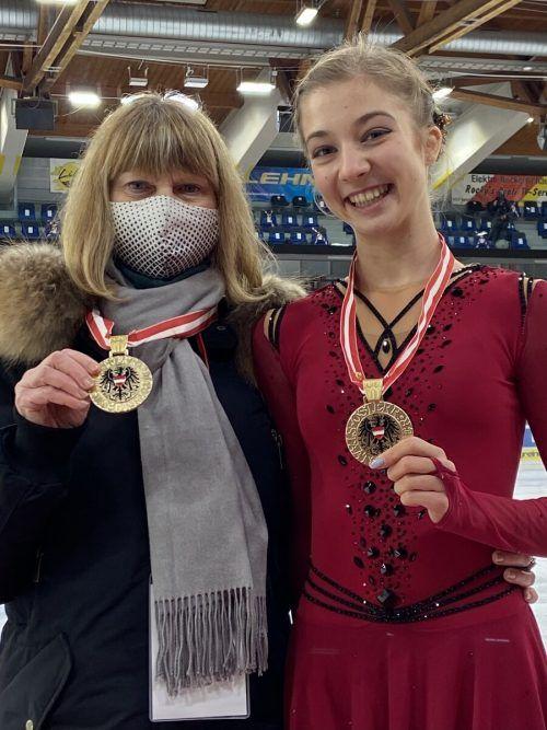 Olga Mikutina (r.) präsentiert stolz ihre Medaille.Privat