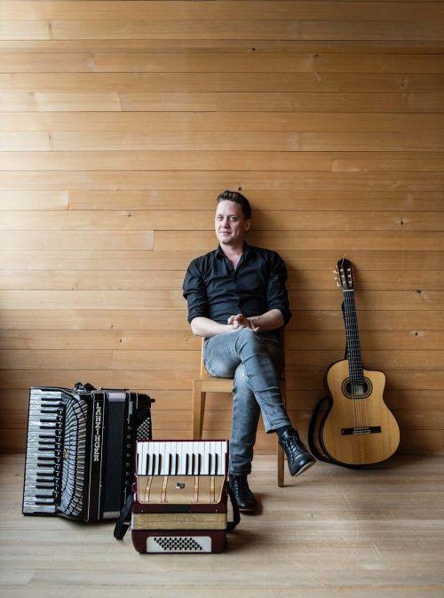 Allroundmusiker Philipp Lingg macht vor, was Dialekt alles kann.R. Schneider