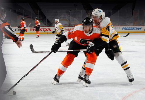 Pittsburghs Cody Ceci beim Versuch, Michael Raffl zu stoppen.ap
