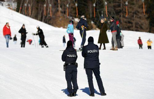 Polizisten als Kontrollorgane auf Skipisten. Auch das ist Corona. APA