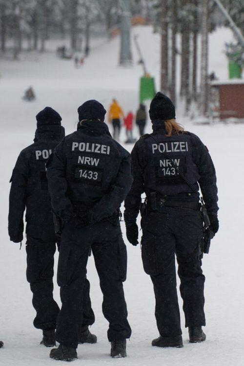 Polizisten bei der Kontrolle auf einer Skipiste in Winterberg. DPA