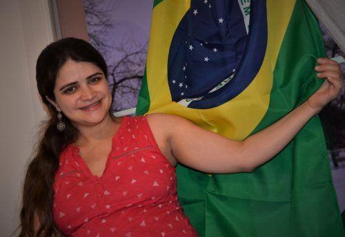 Raquel Pinheiro-Karg hat eine brasilianische Fahne ans Wohnzimmerfenster gehängt.  HRJ