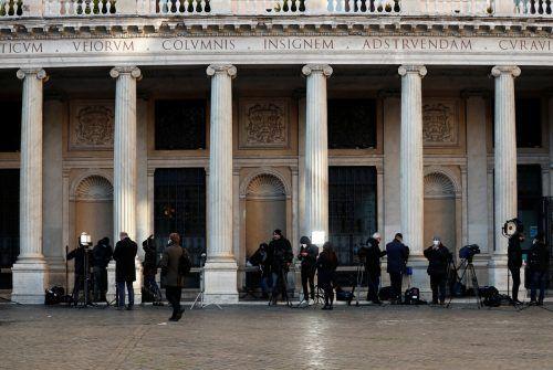 Reporter haben sich vor dem Palazzo Chigi in Rom, dem Amtssitz des Regierungschefs, versammelt. Reuters