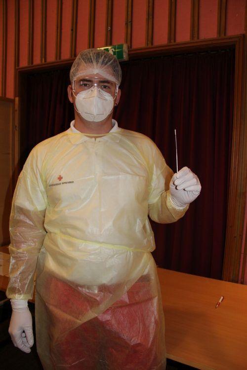 Sanitäter Andreas Fleisch nahm in der Kulturbühne die ersten Tests ab.STR