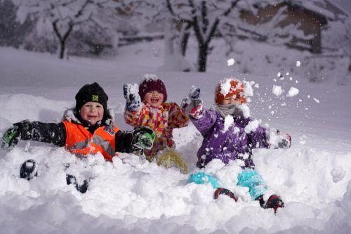 Schneeballschlacht in Andelsbuch: Pius, Ida und Carmen freuen sich über den heftigen Schneefall.L. Berchtold