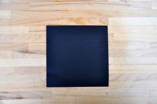 Schneidet ein Quadrat in der Größe 15 x 15 cm aus dem schwarzen Tonpapier aus.