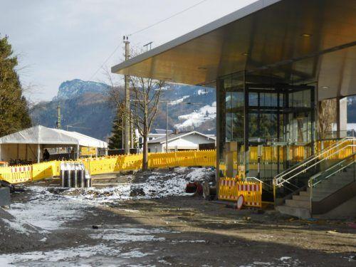 Seit dem vergangenen Frühjahr wird um und am Bahnhof Altach gearbeitet; seit November läuft die Neugestaltung der Vorplätze.Mäser