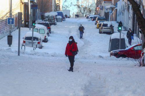 Sich in Madrid fortzubewegen, war auch gestern noch schwierig. Selbst auf Hauptstraßen war meist nur eine Fahrspur geräumt, Gehwege glichen gefährlichen Eispisten. reuters